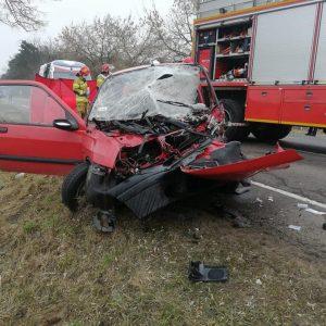Uwaga! Tragiczny wypadek na drodze powiatowej! Nie żyje kobieta. Ruch jest całkowicie zablokowany