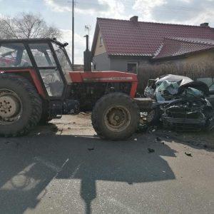 Wypadek samochodu osobowego oraz ciągnika! Autem podróżowały 4 osoby w tym 2 dzieci