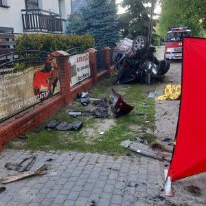 Tragiczny wypadek! Nie żyje pasażerka pojazdu, kierowca w stanie ciężkim trafił do szpitala.