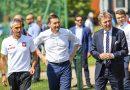 Premier Mateusz Morawiecki odwiedził Wielkopolskę. Wizyta rozpoczęła się od spotkania z piłkarzami w Opalenicy
