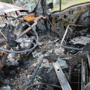 NOWY TOMYŚL: Groźny pożar busa! Wrak auta, bez zabezpieczeń, pozostawiony na parkingu [ZDJĘCIA, FILM]