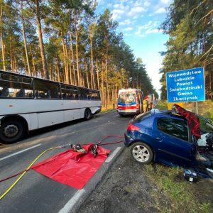 WYPADEK NA POGRANICZU WOJEWÓDZTW! Groźne zderzenie auta osobowego i autobusu